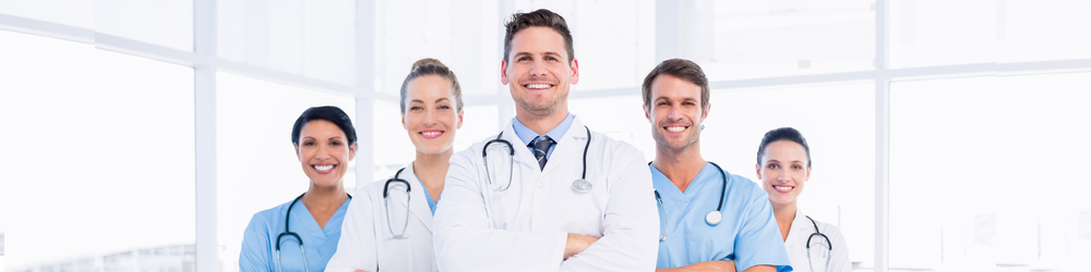 5 smiling doctors folding their arms